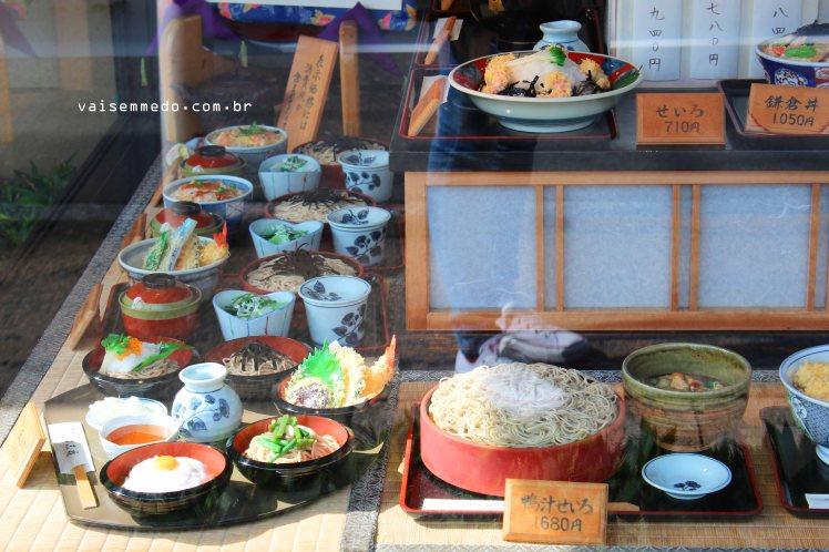 """Para ajudar, """"vitrine"""" de  restaurantes, ideia genial e que não permite que ninguém passe fome caso não fale japonês! rs"""