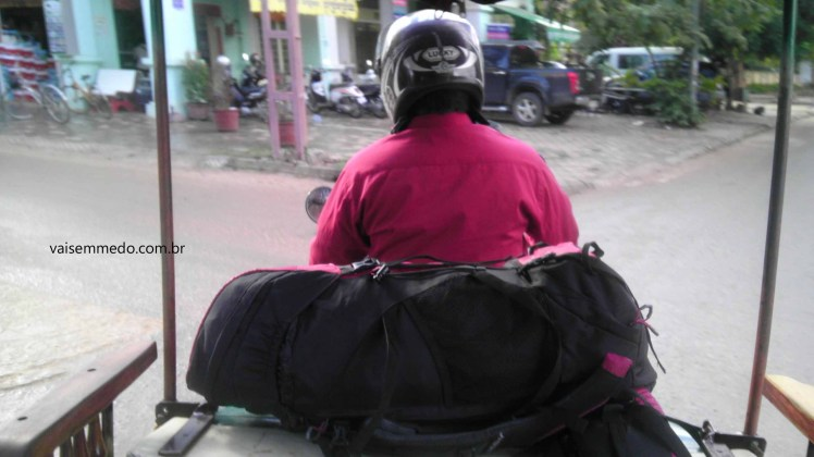 A minha mochila viajante andando de tuk tuk no Camboja :)