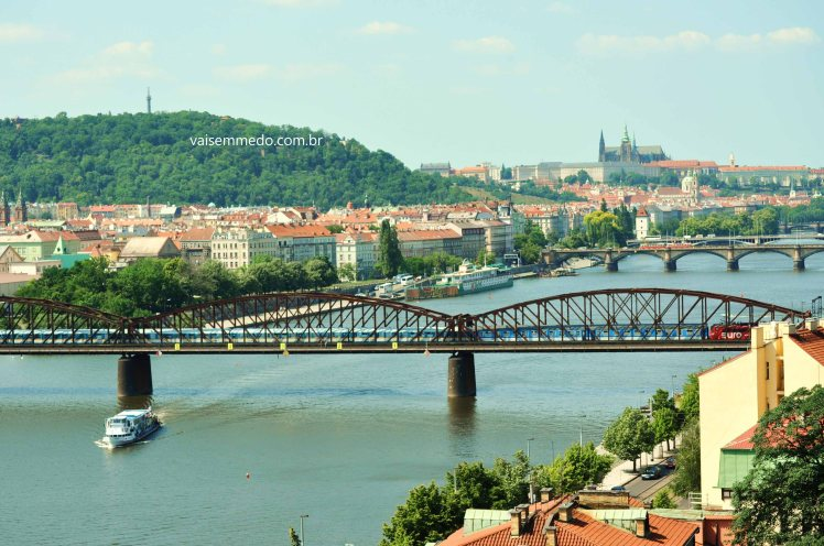 De um dos lados do parque, vemos o rio Moldava e o Castelo de Praga ao fundo.