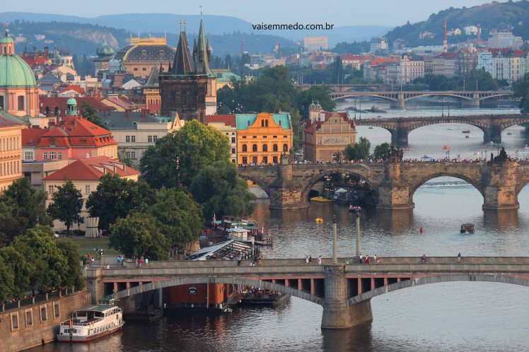 O rio Moldava e suas várias pontes