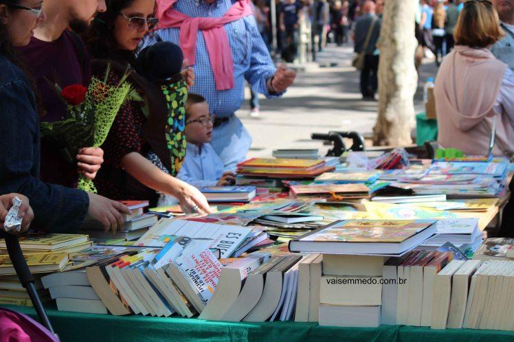 Livros por todas as partes da cidade - e os autores autografando!