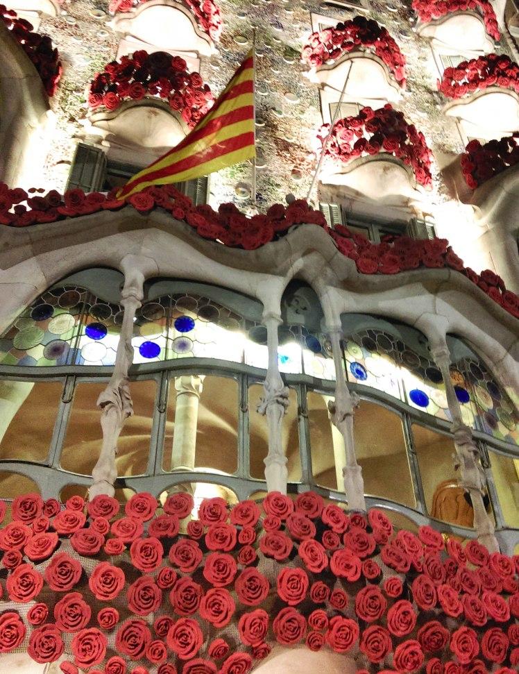 Casa Batlló, de Gaudí, decorada de rosas para Sant Jordi.