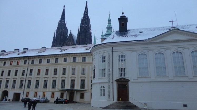 Por dentro do Castelo de Praga no inverno e a Catedral de São Vitu ao fundo. (Foto: arquivo pessoal)